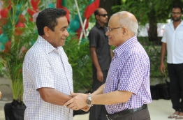 President Abdulla Yameen (L) greets his half-brother and former President Maumoon Abdul Gayoom. FILE PHOTO/MIHAARU
