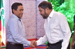 Former President Abdulla Yameen (L) shakes hands with JP leader Qasim Ibrahim. FILE PHOTO/MIHAARU