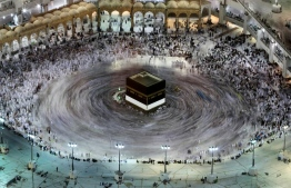 This long exposure photograph shows Muslim pilgrims circumambulating the Kaaba, Islam's holiest shrine, at the Grand Mosque in Saudi Arabia's holy city of Mecca on August 27, 2017, prior to the start of the annual Hajj pilgrimage. / AFP PHOTO / KARIM SAHIB