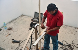 MALE: A worker at the construction site of Dharumavantha School. PHOTO: HUSSAIN WAHEED/MIHAARU