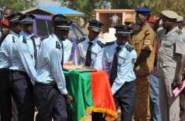 Burkina Faso's police officers carry a coffin on June 2, 2016 in Ouagadougou, during the funerals of three police officers killed on May 21, 2016 by unidentified gunmen in northern Burkina Faso near the Malian border. / AFP PHOTO