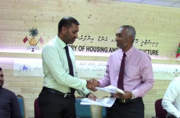 MTCC CEO Haleem (L) pictured with Housing Minister Dr Mohamed Muizzu during a ceremony. PHOTO/HOUSING MINISTRY