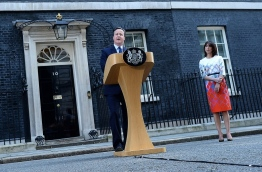 British Prime Minister David Cameron (C) flanked his wife Samantha speaks to the press in front of 10 Downing street in central London on June 24, 2016.Britain has voted to break out of the European Union, striking a thunderous blow against the bloc and spreading panic through world markets Friday as sterling collapsed to a 31-year low. / AFP PHOTO / BEN STANSALL