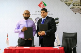 Maldives Hajj Corporation's manager Yamin Idrees (L) and Saudi Airlines' operator Aeroworld Pvt Ltd's CEO Hisham Shums pictured after signing the agreement on Sunday. MIHAARU PHOTO/MOHAMED SHARUHAAN