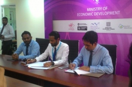 Economic minister Mohamed Saeed (R) signs the agreement with MTCC CEO Ibrahim Ziyath (C) on Monday. Maldives is set to launch public ferry service across the Maldives. MIHAARU PHOTO