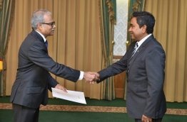 President Yameen (R) shakes the hand of Dr Mohamed Asim shortly after his appointment as the new foreign minister. PHOTO/PRESIDENT'S OFFICE