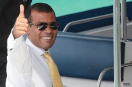 Former president Mohamed Nasheed gives the thumbs up sign. PHOTO/VNEWS