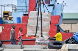 Goods being unloaded at the Male commercial harbour. MIHAARU PHOTO/NISHAN ALI