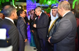 President Yameen pictured speaking to some of the foreign dignitaries who attended the official independence day ceremony held at the Islamic Centre in the capital Male on Tuesday evening. MIHAARU PHOTO/MOHAMED SHARUHAAN