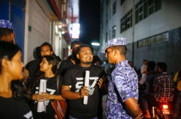 A journalist speaks to a police officer during a recent silent protest held against the defamation bill. MIHAARU PHOTO/MOHAMED SHARUHAAN