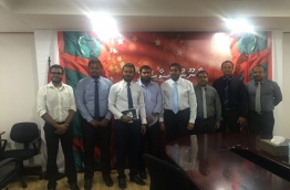 Pro-government Jumhoory Party lawmakers pose for a picture with the journalists leading the campaign against the defamation bill. MIHAARU PHOTO/ALI NAAFIZ