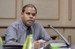 Media council member Ahmed Hamdhoon speaks during the sit-down with the parliamentary committee reviewing the defamation bill on Wednesday. MIHAARU PHOTO/NISHAN ALI