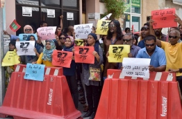 Protesters gathered outside the parliament as lawmakers voted to pass the defamation bill on Tuesday. MIHAARU PHOTO/NISHAN ALI