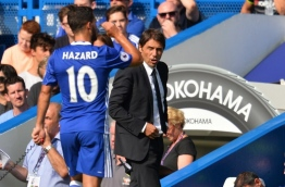 Chelsea's Italian head coach Antonio Conte (R) speaks with Chelsea's Belgian midfielder Eden Hazard during the English Premier League football match between Chelsea and Burnley at Stamford Bridge in London on August 27, 2016. / AFP PHOTO / GLYN KIRK