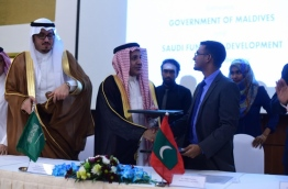 Finance minister Ahmed Munawar (R) signs with Saudi Fund for Development for a grant of USD 100 million for the development of a new passenger terminal at Ibrahim Nasir International Airport (INIA). PHOTO: HUSSAIN SHAYAAH/MIHAARU