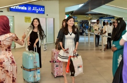 Tourists warmly welcomed with souvenirs on the occasion of World Tourism Day at Ibrahim Nasir International Airport. PHOTO: NISHAN ALI/MIHAARU