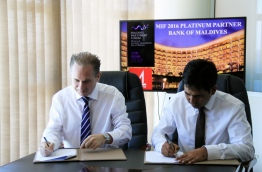 Bank of Maldives Ltd (BML)'s CEO Andrew Healy (L) and economic minister Mohamed Saeed sign the agreement appointing BML as platinum sponsor of Maldives Investment Forum 2016. PHOTO/BML