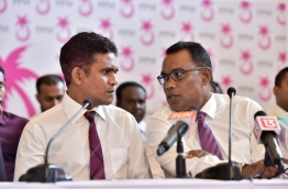 PPM deputy leader Abdul Raheem Abdulla (R) speaks to parliamentary group leader Ahmed Nihan Hussain Manik during the press conference on Thursday. MIHAARU PHOTO/NISHAN ALI