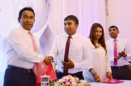 President Yameen welcomes government aligned Jumhoory Party (JP) lawmaker Ilham Ahmed to PPM on Thursday. MIHAARU PHOTO/AMINATH SHIFLEEN