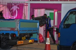 Members of President Yameen's faction in action to remove all assets from H.Themaa PHOTO: NISHAN ALI/MIHAARU