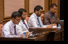 Finance minister Ahmed Munawar (L) speaks at parliament about State Budget 2017. PHOTO/MAJLIS