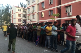 Expatriates queue for Iftar food near a mosque in Hulhumale' on June 26, 2016, during the Muslim fasting month of Ramadan. MIHAARU PHOTO/NIUMATHULLA IDREES