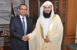 Mufti Ismail Menk (R) shakes hands with Defence Minister Adam Shareef. PHOTO/DEFENCE MINISTRY
