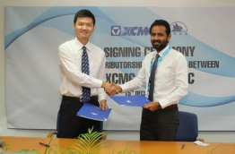 MTCC CEO Ibrahim Ziyath (R) signs and exchanges distributorship agreement with XCMG Asia Pacific Regional Manager Chris Wang. PHOTO/MTCC