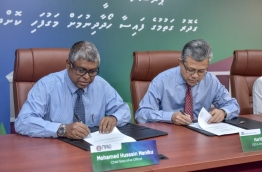 MPAO's CEO Mohamed Manik (L) and MIB's Managing Director Haris Haroon sign agreement to provide down payment for housing loans via retirement pension scheme. PHOTO: NISHAN ALI/MIHAARU