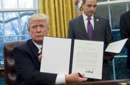 Trump the decree Monday that effectively ends US participation in a sweeping trans-Pacific free trade agreement negotiated under former president Barack Obama. / AFP PHOTO / SAUL LOEB