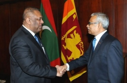 Maldives' Foreign Minister Dr Mohamed Asim (R) shakes hands with Sri Lanka Foreign Minister Mangala Samaraweera. PHOTO:Colombo Page