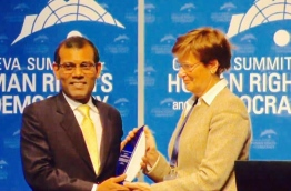 Former President Nasheed (L) presented the Courageous Award at the Geneva Summit 2017.
