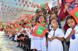 Children and residents of M. Dhiggaru await to welcome President Yameen. PHOTO/PRESIDENT'S OFFICE
