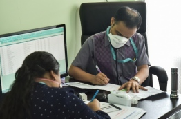 A doctor at work in IGMH's flu clinic. PHOTO: HUSSAIN WAHEED/MIHAARU