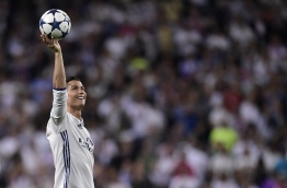 Real Madrid's Portuguese forward Cristiano Ronaldo celebrates during the UEFA Champions League quarter-final second leg football match Real Madrid vs FC Bayern Munich at the Santiago Bernabeu stadium in Madrid in Madrid on April 18, 2017. / AFP PHOTO / JAVIER SORIANO