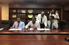 Tourism Minister Moosa Zameer (L) and Sun Siyam Resorts' Director Ahmed Mauroof (L-2) sign agreement awarding development of Maafaru domestic airport to Sun Siyam Resorts. PHOTO: TOURISM MINISTRY
