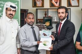 Islamic Minister Dr Ziyad Baqir (C) receives Saudi Arabia's gift of 50 tons of dates to the Maldives from Deputy Ambassador Muthrik Abdullah Al-Dhausry (R). PHOTO: HUSSAIN WAHEED/MIHAARU
