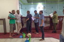 Abdul Aleem (R-2) at the Civil Court with bags of coins amounting to MVR 85,000. PHOTO/MIHAARU