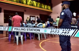 Police overseeing security while vote counting proceeds at a polling station of the Local Council Elections 2017. PHOTO: NISHAN ALI/MIHAARU