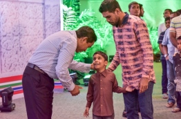 President Yameen greets a boy on Eid al-Fitr in 2016. FILE PHOTO/MIHAARU