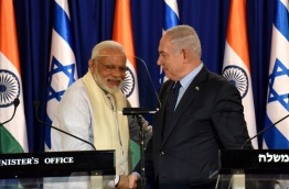 Indian Prime Minister Narendra Modi (L) and Israeli Prime Minister Benjamin Netanyahu shake hands following a statement on July 4, 2017, at the Netanyahu's residence in Jerusalem. / AFP PHOTO / POOL AND AFP PHOTO / DEBBIE HILL