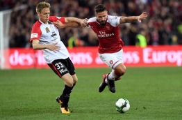Arsenal players Olivier Giroud (R) battles for the ball with Western Sydney Wanderers player Michael Thwaite (L) in their pre-season football friendly played in Sydney on July 15, 2017. / AFP PHOTO / WILLIAM WEST / -- IMAGE RESTRICTED TO EDITORIAL USE - STRICTLY NO COMMERCIAL USE --