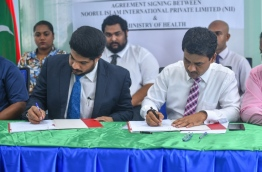 Health Minister Nazim (R) and NIMS MD Faizal Khan sign agreement leasing two islands to NIM to develop a medical teaching facility and genetic research centre. PHOTO: HUSSAIN WAHEED/MIHAARU