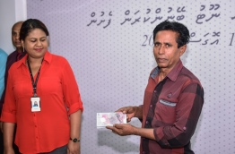 MMA Governor Dr Azeema Adam (L) at the launching of the new MVR 5 polymer cash note. PHOTO: HUSSAIN WAHEED/MIHAARU