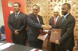IUM Chancellor Dr Mohamed Shaheem (R) and UKM Chancellor Dr Riza Abdullah exchange agreements signed between IUM and UKM. PHOTO/IUM