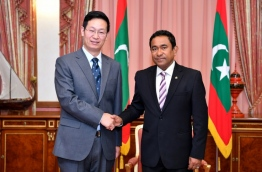 President Yameen (R) shakes hands with the new Chinese Ambassador to the Maldives, Zhang Lizhong, PHOTO/PRESIDENT'S OFFICE