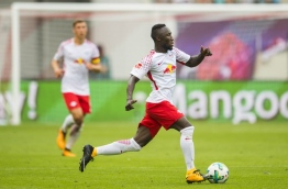 Leipzig's Guinean midfielder Naby Deco Keita plays the ball during the German first division Bundesliga football match between RB Leipzig and SC Freiburg in Leipzig, eastern Germany on August 27, 2017. / AFP PHOTO / ROBERT MICHAEL