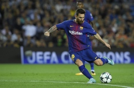 Barcelona's forward from Argentina Lionel Messi kicks the ball during the UEFA Champions League Group D football match FC Barcelona vs Juventus at the Camp Nou stadium in Barcelona on September 12, 2017. / AFP PHOTO / LLUIS GENE