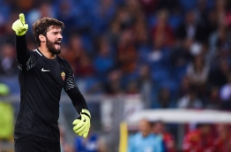 Roma's Brazilian goalkeeper Alisson Ramses Becker shouts instructions during the UEFA Champions League Group C football match between AS Roma and Atletico Madrid on September 12, 2017 at the Olympic stadium in Rome. / AFP PHOTO / Filippo MONTEFORTE