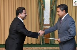 President Yameen (R) presents the letter of appointment to the new Maldivian Ambassador to Sri Lanka, Mohamed Hussain Shareef. PHOTO/PRESIDENT'S OFFICE